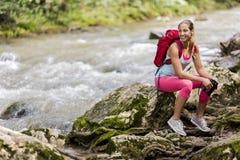 Jeune femme trimardant dans la forêt images stock