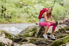 Jeune femme trimardant dans la forêt photos stock
