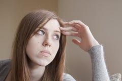 Jeune femme triste à la maison Image libre de droits