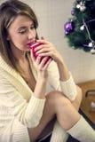 Jeune femme triste avec la tasse de café ou de thé Effort, dépression, Images libres de droits