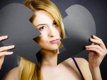 Jeune femme triste couverte par le coeur brisé Photo stock