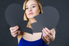 Jeune femme triste couverte par le coeur brisé Photographie stock libre de droits
