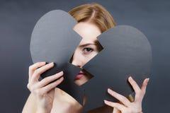 Jeune femme triste couverte par le coeur brisé Photos libres de droits