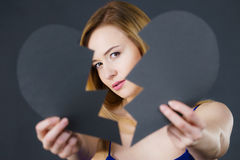 Jeune femme triste couverte par le coeur brisé Images libres de droits