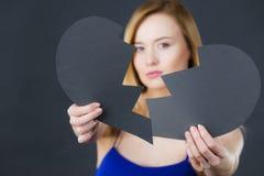 Jeune femme triste couverte par le coeur brisé Photographie stock