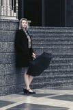 Jeune femme triste de mode avec le parapluie dans la rue de ville Images stock