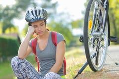 Jeune femme triste dehors photographie stock libre de droits