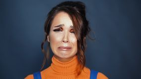 Jeune femme triste et pleurer Femme dans la d?pression Expressions n?gatives humaines banque de vidéos