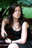 Jeune femme triste s'asseyant à l'extérieur Images libres de droits