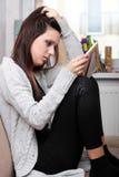Jeune femme triste s'asseyant chez la pièce des enfants images libres de droits