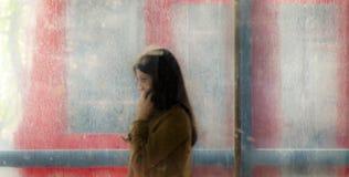 Jeune femme trouble marchant hors du passage de rue de souterrain et Photos stock