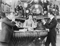 Jeune femme un magasin et en ignorant deux hommes avec des mégaphones (toutes les personnes représentées ne sont pas plus long vi Images stock