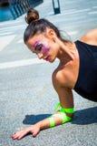 Jeune femme urbaine de finess avec le maquillage artistique extérieur dans le CIT Photo stock