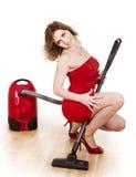 Jeune femme utilisant l'aspirateur. Photographie stock libre de droits