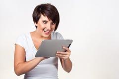 Jeune femme utilisant l'iPad Photos stock