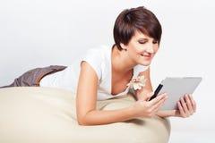 Jeune femme utilisant l'iPad Images stock