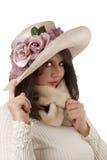 Jeune femme utilisant le chapeau de fantaisie ; d'isolement image libre de droits