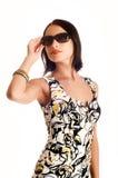 Jeune femme utilisant les lunettes de soleil. Images libres de droits