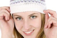 Jeune femme utilisant un chapeau de type de beanie Photos stock