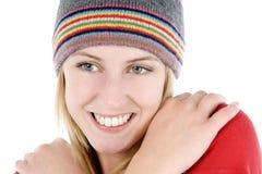 Jeune femme utilisant un chapeau de type de beanie Images stock