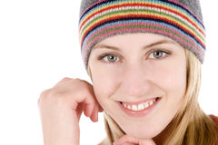 Jeune femme utilisant un chapeau de type de beanie Photographie stock