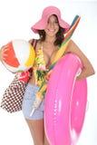 Jeune femme utilisant un costume de bain sur les articles de transport de plage de vacances Image libre de droits