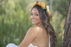 Jeune femme utilisant une guirlande de fleurs Photographie stock