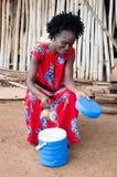 Jeune femme vendant le jus photos libres de droits