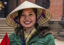 Jeune femme vietnamienne avec le chapeau traditionnel photos stock