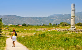 Jeune femme visitant Heraion, Pithagorio, Samos Image stock