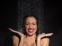 Jeune femme vivace ayant l'amusement dans la douche photos libres de droits