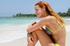 Jeune femme voyant la plage image stock