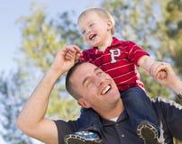 Jeune ferroutage riant de père et d'enfant Photos stock