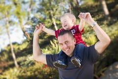 Jeune ferroutage riant de père et d'enfant Photos libres de droits