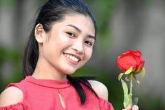 Jeune Filipina Female With Flowers de sourire photo libre de droits