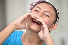 Jeune Filipina Girl de cri image stock