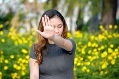 Jeune Filipina Woman Gesturing Stop photos stock