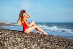 Jeune fille à cheveux longs dans le maillot de bain rouge images libres de droits