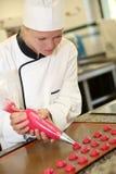 Jeune fille à l'école de pâtisserie photo stock