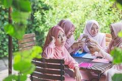 Jeune fille à l'aide de leur propre smartphone et ignorant son ami Photographie stock