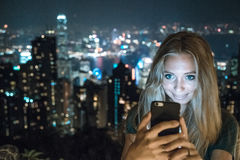 Jeune fille à l'aide du smartphone image stock