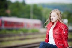 Jeune fille à la gare Image libre de droits