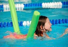 Jeune fille à la leçon de natation Photographie stock libre de droits