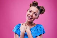 Jeune fille à la mode douce avec des mains sur le cou exprimant e positif Photos stock