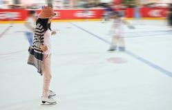 Jeune fille à la patinoire Image libre de droits