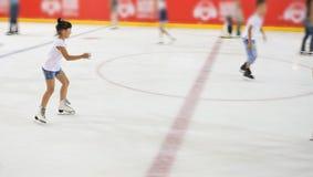 Jeune fille à la patinoire Images libres de droits