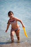 Jeune fille à la plage Image stock