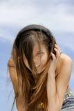 Jeune fille écoutant la musique Image libre de droits