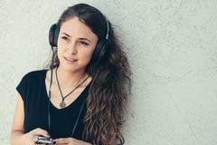 Jeune fille écoutant la musique Photos stock