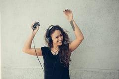 Jeune fille écoutant la musique Photographie stock